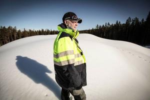 Roger Hedlund är arbetsledare för arbetet med snölagret. I år har vädret gjort det ovanligt svårt att tillverka snö.