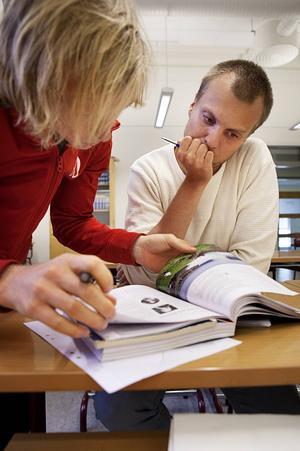 Karl Eriksson läser på matte på komvux och får här hjälp av Patrik Olsson som är en av volontärerna på räknestugan.