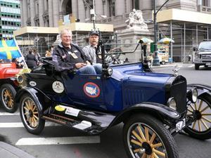 Lars-Göran Lindgren och Sven-Olov Hansson i sin T-Ford, vid starten i New York. 54 bilar med dem körde den långa sträckan genom USA från New York till Seattle.
