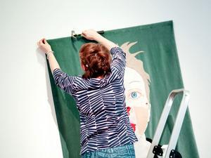 Eftersom hon brukar göra mycket performance och utåtriktad konst tyckte Catti Brandelius om att sy som omväxling.