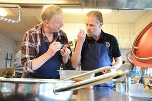 Med smak för välgörenhet. 40 000 kronor ska herr-kockklubben i Grythyttan få in till Barncancerfonden via sina matlagningsfärdigheter. Hans-Otto Pohlmann och David Wolke diskuterar smak på dessert till välgörenhetsmiddagen de ska ordna.