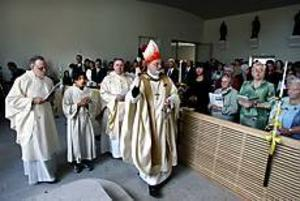 Foto: GUN WIGHBestänker. Många av församlingsmedlemmarna fick vigvatten på sig när biskop Anders Arborelius vigde kyrkorummet i Sankt Pauli kyrka i går. En spänd men samtidigt upprymd kyrkoherde Paul Redmond (bakom biskopen till höger) fick efter invigningen ta över nyckeln till kyrkan.