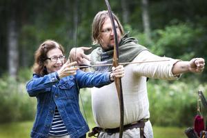Lenore Arnberg från Stockholm prövar på bågskytte och Björn Kallur instruerar.