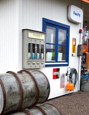 På bensinmackens utsida sitter en tidstypisk kondomautomat.