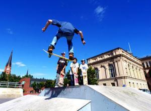 Skateboardåkarna säger att de peppas av varandra att försöka göra svåra trick även om de inte tävlar.