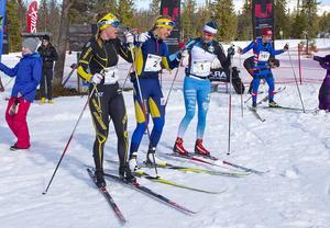 Vinnande damer: Ettan Maria Nordström, tvåan Annika Löfström och trean Sara Lindborg gratulerade varandra efter loppet.