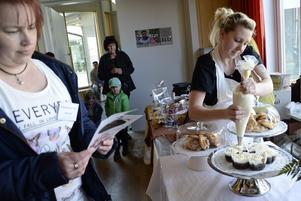 Full fart. Elin Viborg lägger sista handen på bakverken där chokladen är en bärande ingrediens.