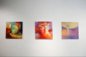 – Ljuset blir med i olika lager i målningarna. Det är en annan process än att lägga till vitt, säger Marin Hemmmingsson.