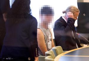 Den 18-årige mannen, som erkänt det så kallade sommarstugemordet, vid häktningsförhandlingen i höstas. Han misstänks nu att på order av den 42-åriga Eskilstunakvinnan ha varit med  om att grovt misshandla två tonårspojkar som offentligt berättat att de tvingades – under hot om utvisning – att ha sex upprepade gånger med den 42-åriga kvinnan.
