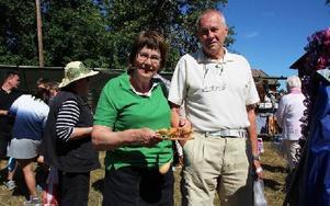 Margaretha Bergqvist, hemma över sommaren, fyndade en gammal träleksak tillsammans med sin kusin Roland Ågren. Foto: Eva Högkvist