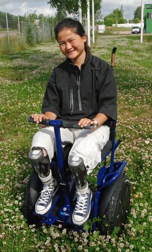 – Att åka vanlig rullstol sliter hårt på mina axlar och handleder, säger Amanda Segelmark som fick sina ben avklippta i en tågolycka i augusti förra året.