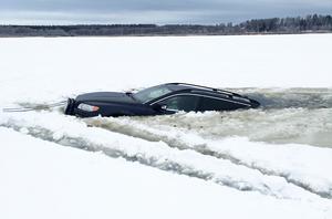 På söndagen gick en bil igenom isen på Västersjön utanför Ståltorp söder om Surahammar.
