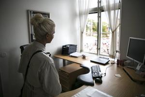 Jenny Rissveds tittar ut genom fönstret på rådhuset och konstaterar att det var några falubor som tänkte fira henne.