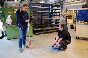 Mäter. Börje Nordin visar hur hans lasermätare för kulstötning fungerar. Till sin hjälp har han Janne Nordvall, lärare på industriprogrammet. Eleverna på programmet har hjälpt till med tillverkningen.