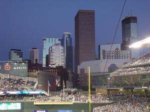 Det var en fantastisk kväll för Baseball mellan Minneapolis Twins och Kansas City Royals. Över 40.000 åskådare, riktigt häftigt! Twins vann matchen! Skymningsljuset över stadion och Minneapolis skyskrapor är så vackert.