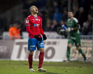Jordan Larsson vrålar ut sin frustration efter torsdagskvällens kval-match till allsvenskan mellan Halmstad och Helsingborg på Örjansvall i Halmstad.