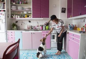 Jonna Johansson bor med sin dotter Stella och hunden Rocky i en hyresetta strax norr om Stockholm. Hon har satt sin personliga prägel på lägenheten med roliga prylar och mycket färg.