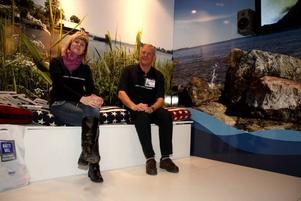 Maria Nässert-Ericsson och Örjan Ohlström i Destination Gävles smakfulla monter på Allt för sjön. De har föresatt sig att Gävle ska upptäckas som attraktiv sjöstad av båtfolket och slår på trumman för skeppsfestivalen.