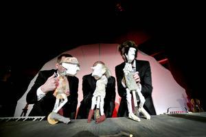 Mats Jadin, Hans Kellerman och Ove Zacco Andersson bakom några av dockorna i Skottes familjeföreställning