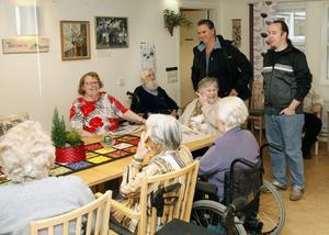 Ola Lindberg och Joakim Sjöstrand från Miljöpartiet berättar för de äldre på Fyrklövern att de inte blir någon sillkväll. De äldre verkar känna de två miljöpartisterna väl, men visste inget om deras politiska hemvist. De blir besvikna på de folkvalda, men blir förstås glada när de två miljöpartisterna har med sig fika.