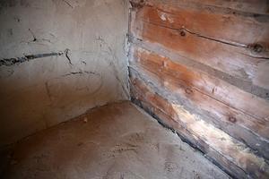 Väggar och golv av lera.
