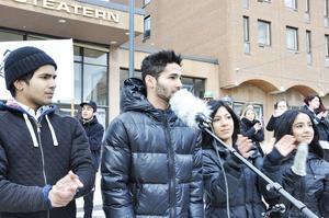 Yones, Rahim, Parisa och Parastu Hosseini tackade demonstranterna för deras stöd.