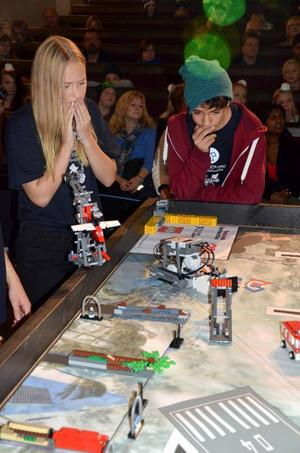Julia Svedh och Elias Jonsson följde med spänning sin robot i den lokala finalen av