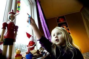 """LÅTSASKOMPIS – VERKLIG FANTASI. Alma Åkerlund gestikulerar när hon pratar med Saga och säger åt andra att se sig för så att de inte sätter sig på Saga. """"Ibland sätter sig min lillasyster på henne då blir Saga platt"""", säger Alma.Foto: Britt Mattsson"""