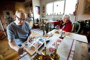 I Carl Larssons ateljé, förr som nu fungerar den bra som vardagsrum. Björn och Kajsa Henriksson visar målningar och gamla bilder som de samlat på sig. Elstaden i bakgrund är som en murad portal. Den nuvarande kaminen är från tiden runt 1900, paret Henriksson ropade in den på auktion.