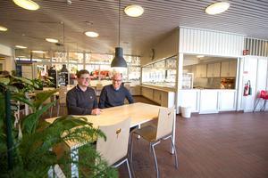 Jesper Horn och Lars-Åke Östlin är nöjda med den nya, ljusa entrén. I vår hoppas de även att cafeterian kan öppna igen.