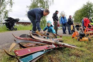 Jens Olofsson och sonen Otto, 4 år, från Vemdalen, fyndade skidprylar i Överberg