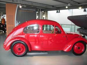 Så här såg prototypen till Volkswagens lilla bubbla ut när den första gången presenterades av konstruktören Ferdinand Porsche 1936. Nu på bilmuseet i Autostadt. Folkvagnsbubblan skulle under sin tid komma att slå alla rekord med 21 500 000 producerade bilar.