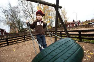 På Södra skolan i Falun väntar eleverna på att få tillbaka sin gungställning och i Leksand finns ingen lekpark alls. Detta upprör två av dagens insändarskribenter.