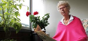 Mona Öberg läser en gammal artikel i Nya Norrland om timret som löpte amok i älven och förstörde bron vid Näsåker.