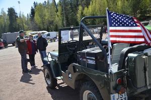 Motorintresserad. Förutom chansen att fynda biltillbehör, fanns det många veteranfordon att kolla in på veteranmarknaden. Bengt Karlsson från Snavlunda visar gärna upp sin jeep.