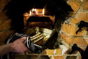 Eld och rök ger extra smak åt maten. Kockarna tar vara på restvärmen och bakar till exempel grönsaker över natten, medan ugnen sakta svalnar.