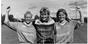 """Victoria Hallberg, (då Eriksson) tillsammans med målvakten Ulrika """"Ucka"""" Karlsson och Anna Wällersten, när de spelade i ÖFIF/HIF:s framgångsrika damlag. Bilden är från 1990."""