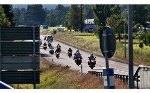 Hela gänget från Västerdala motorcykelklubb på väg från Vansbro. Här kör de förbi Dala-Järna.FOTO: BOEL FERM