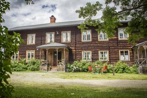 Hälsingegården hette Oppigården från 1500-talet och framåt. När Karl-Erik Envalls släktingar köpte gården på 1920-talet bytte den namn till Bommars.