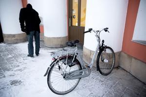 En cykel står redan parkerad utanför rådhuset.