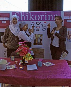 Beyhul Dawit, Huda Abdi och Fartun Musa Mageh gör smycken i företaget Shikorina som betyder vackert.