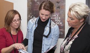 Ewa, Elin och Carina påtalar alla tre vikten av att prata med sina barn om hur man ska bete sig i sin kontakt med andra på internet.