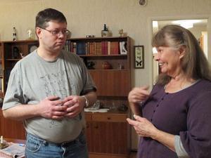 """Jan Leander är döv, och pratar bara teckenspråk. Både han och hans mamma Sara Leander vill att cheferna förstår vikten av att all personal kan kommunicerar med de boende. Om hans kontaktperson inte är där brukar han vänta med att be om hjälp. """"Personalen är inte så duktig på teckenspråk"""", säger Jan, men räknar upp fyra som kan."""