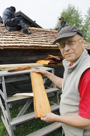 Bertil Persson visar den typ av spån som blir till ett nytt späntak