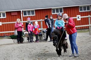 Kön till ponnyridningen var stundtals lång. Efter ridturen fick barnen en svalkande glass.