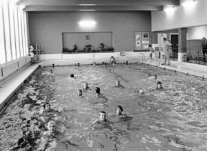 Simhallen i Nynäshamn öppnade i november 1941. Den här bilden är tagen 30 år senare, 1971.