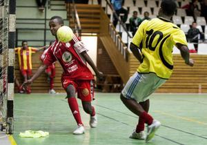 Amal Express i gula tröjor går en match mot Frändskapshuset S-B som under söndagen sportade de röda tröjorna.