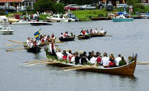 Många väntat på. Efter ångbåtarna kom det som många väntat på, roddbåtarna med kyrkbåten i spetsen.