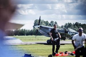 Fallskärmshopparna från klubben Dala har landat, och Spitfire MkIX är redo att ta över.