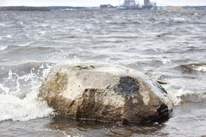 torkad olja. Den mörka fläcken på stenens högra sida kan vara rester från oljeläckaget i höstas. Men intorkad olja sitter där den sitter och saneras inte bort.